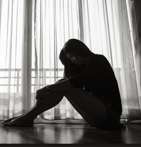image noir et blanc de femme assise