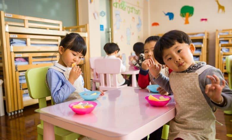 Enfants qui mangent autour d' une table