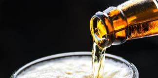 bière qui coule dans un verre