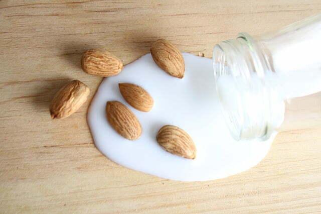 Bouteille de lait avec des amandes